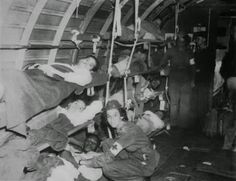 Brasil na Segunda Guerra Mundial  - Enfermeiras Brasileiras com soldados da Força Expedicionária Brasileira em uma avião da FAB (Bernardes MMR, Lopes GT). A colaboração da FAB, juntamente com a participação de uma divisão de montanhas do exército americano, foi um fator importante para a conquista do Monte Castelo.   http://www.historiailustrada.com.br/2014/04/fotos-raras-brasil-na-segunda-guerra.html#.VW9y4c9Viko