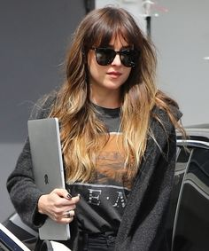 Dakota Johnson just updated her signature chocolate brown hair with blonde highlights for the summer. See the star's sun-kissed blonde hair here. Brown To Blonde Balayage, Brown Hair With Blonde Highlights, Bright Blonde, Balayage Highlights, Blonde Color, Blonde Bangs, Brunette Hair, Pelo Pixie, Ombré Hair