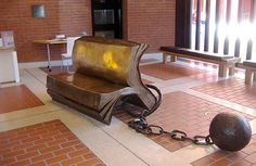'Sitting on History' - sculpture by Bill Woodrow at the British Library, London, England .photo from a website in Russian with odd park benches Bench Designs, Funky Furniture, Library Furniture, Urban Furniture, Art Furniture, British Library, Creative Decor, Public Art, Floor Chair
