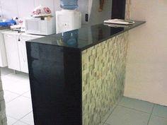 Muito legal esta cozinha, tipo americana; balcão em granito, e cerâmica tipo pastilhas de pedras.