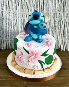 Lilo & Stitch cake - Disney -You can find Disney cakes and more on our website. Lilo And Stitch Cake, Lilo Ve Stitch, Lelo And Stitch, Disney Stitch, Beautiful Cakes, Amazing Cakes, Cake Disney, Cake Cookies, Cupcake Cakes
