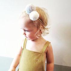 Licht grijs & off white pom pom  / goud en oker haarband
