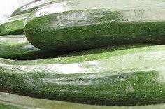 Courgette lichtverteerbaar en vol vezels en mineralen. In Nederland groeien ze van juli tot september, en wat van dichtbij komt is lekker