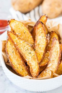 kartoffelecken backofen Air Fryer Potato Wedges are so crispy and perfectly seasoned! Tossed with Parmesan these easy homemade Air Fried Wedges make a tasty appetizer or side d Air Fryer Oven Recipes, Air Frier Recipes, Air Fryer Dinner Recipes, Snack Recipes, Cooking Recipes, Snacks, Easy Recipes, Air Fryer Fried Chicken, Air Fried Food