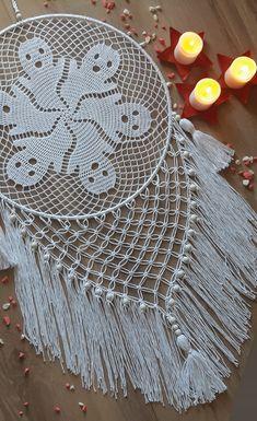 Dream Catcher Patterns, Halloween Wall Decor, Kawaii Wallpaper, Macrame Patterns, Flower Applique, Crochet Scarves, Free Crochet, Baby Dolls, Cozy
