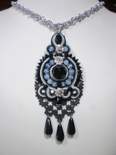 "Ciondolo soutache ""Keep me in the dark"" con base in eco-pelle"