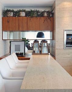 O mármore Travertino foi escolhido para a churrasqueira e bancada do espaço gourmet.
