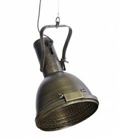 Industriële hanglamp alias stoere spot. Kantelbaar. Materiaal: robuust ijzer. Met stevig rooster aan de onderzijde. Een echte fabriekslamp.