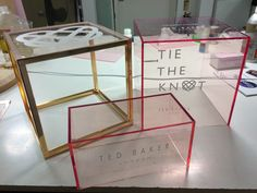 NOVOS CUBOS - madrepérola ou acrílico - compondo com os de madeira Ted Baker Tie The Knot Footwear Display. Welded steel stand, plated in gold finish with engraved and infilled Fluorescent pink edge clear acrylic. Pos Display, Visual Display, Display Design, Store Design, Acrylic Box, Clear Acrylic, Retail Signs, Acrylic Furniture, Acrylic Cabinets