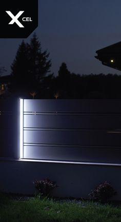 Aluminiowe ogrodzenie Horizon Massive z oświetleniem bocznym  // Horizon Massive fence with side lights Steel Gate Design, Front Gate Design, House Gate Design, Door Gate Design, Main Door Design, House Front Gate, Front Gates, Boundry Wall, Gate Lights