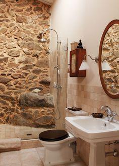 La piedra y los sanitarios retro de una casa situada en Ávila. Rústico total!