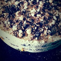 Bokkenpootjestaart, Makkelijk om zelf te maken!  2 pakjes bokkenpootjes 1 Cake 500 ml slagroom amandel aroma  Maak van de cake een bodem, klop de slagroom en meng door 1/3 een beetje amandel aroma.  Snijd de bokkenpootjes doormidden..  1ste laag cake 2de laag slagroom met amandel aroma 3de laag bokkenpootjes 4de laag slagroom 5de laag bokkenpootjes 6de laag slagroom zet de bokkenpootjestaart 24 uur in de koelkast, voor opdienen kruimels van de bokkenpootjes er over heen.