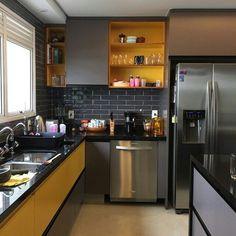 Projeto de impacto! Você entra nessa cozinha e fica de boca aberta! Parede, piso, armario, cores....
