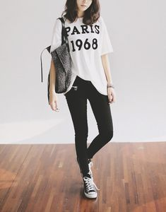 love this outfit,..simple loose shirt black skinny jeans and a pair of low cut converse shoes..