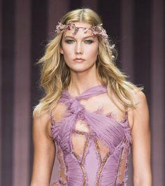 Bijoux tête défilé Atelier Versace, Karlie Kloss hippie, cheveux hippie