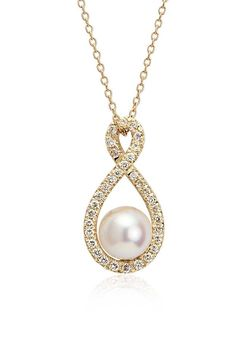Shine bright with this freshwater cultured pearl pendant, showcasing a 18k yellow gold frame and a twisted halo of pavé-set round diamonds.