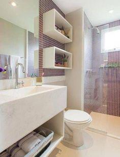 banheiros pequenos com pastilhas roxas por sesso dalanezi