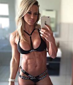 Fitnessmodel Jenadine Havenga macht Selfie | #wbff