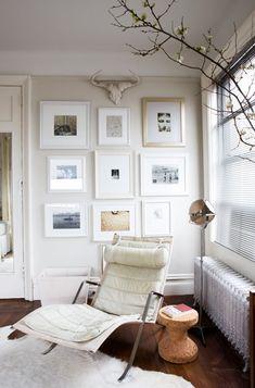 Suzie: Domino Magazine - Modern living room design with white fluffy flokati rug, cork stool, ...