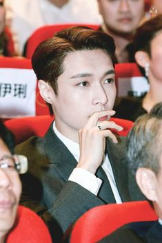 Lay [레이] - Huading Awards in Macau Yixing Exo, Kyungsoo, Chanyeol, Chinese Man, Kim Junmyeon, Exo Memes, What Is Life About, Super Powers, Chen