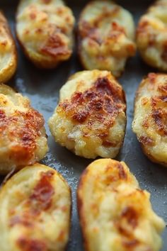 Mini Loaded Potatoes These Mini Twice Baked Potatoes are loaded with bacon and served with sour cream and fresh chives. Say hello to your new favourite finger food! The post Mini Loaded Potatoes & lecker appeared first on New . Twice Baked Potatoes, Mini Potatoes, Mashed Potatoes, Mini Jacket Potatoes, Finger Potatoes, Sour Cream Potatoes, Crack Potatoes, Stuffed Baked Potatoes, Shredded Potatoes