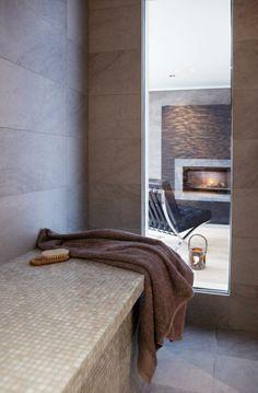 REN LUKSUS: I tilknytning til kjellerbadet ligger et dampbad inspirert av dentyrkiske hamam-tradisjonen, der man omsluttes av behagelig vanndampsom sjelden overstiger 50 grader. Den flislagte benken er lang nok til åligge på. Vinduet ut mot hvilerommet