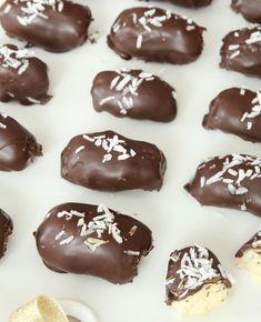 BOUNTY - Lindas Bakskola & Matskola Vegan Christmas, Christmas Treats, Christmas Recipes, Candy Recipes, Dessert Recipes, Desserts, Sandwich Cake, Homemade Candies, Dessert Drinks