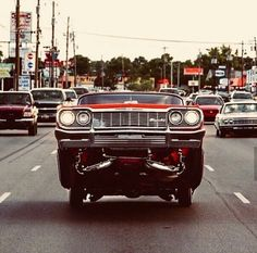 Lowrider on the Dixie Highway in Louisville, Kentucky. Though often considered an automotive subculture geographically limited to Southern California, lowriding Chevrolet Impala, Chevy Impala, Arte Lowrider, Lowrider Trucks, Hydraulic Cars, Donk Cars, Detroit Art, Us Cars, Retro Cars