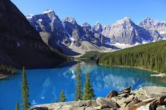 beautiful moraine lake in banff national park alberta canada Canada Facts For Kids, Fun Facts About Canada, Banff National Park, National Parks, Trekking, Peter Lik Photography, World Travel Guide, Love The Earth, Moraine Lake