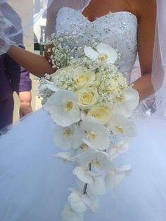 fantastique bouquet de mari e avec des orchid es bleues et de lys blancs bouquets de mari e. Black Bedroom Furniture Sets. Home Design Ideas
