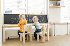 Een speelhoek voor de kinderen, die past bij de rest van de woonkamerinrichting, maar die opbergen ook nog eens ontzettend makkelijk maakt.