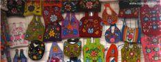 Carteras o bolsos hechos con tela tejida en telar y bordados a mano. Típicos de Ayacucho, Perú