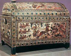 Cofre pintado con motivos de guerra de la tumba de Tutankamón