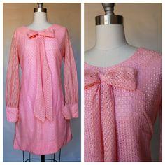 He encontrado este interesante anuncio de Etsy en https://www.etsy.com/es/listing/236737462/pink-60s-mod-dress-with-bow