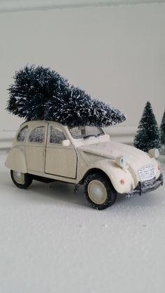 By Nosiss. Old timer Citroën 2CV met kerstboom. Leuk cadeau in de decembermaand. Verkrijgbaar via de webshop www.nosiss.nl