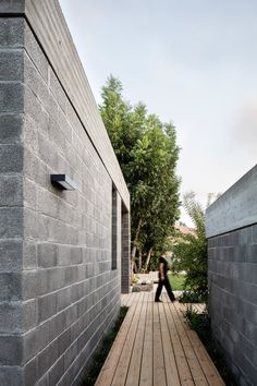 This modern house used raw concrete blocks and a concrete roof in its construction. Wood paths lead you around the house. Concrete Masonry Unit, Concrete Block Walls, Cinder Block Walls, Concrete Houses, Cinder Block House, Besser Block, Wood Path, Architecture Résidentielle, Architect House
