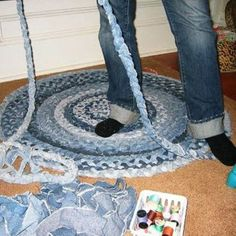 We've seen great ideas in the past that you can make from old jeans. Old jeans can still be recycled and serve perfectly as carpets. Below we have an nteresting collection of pictures with DIY carpet ideas from old jeans Blue Carpet, Diy Carpet, Modern Carpet, Carpet Colors, Carpet Ideas, Cheap Carpet, Carpet Decor, White Carpet, Carpet Trends