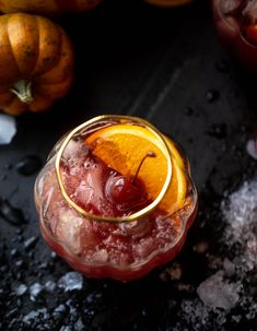 Hocus Pocus Punch - Hocus Pocus Punch Recipe A fun Halloween punch that everyone can enjoy! Hocus pocus punch is full of cider, orange and cranberry and tastes delicious! Halloween Punch, Cool Halloween Costumes, Halloween Kids, Halloween Treats, Halloween Makeup, Halloween Goodies, Halloween Table, Halloween Stuff, Vegan Dinner Recipes