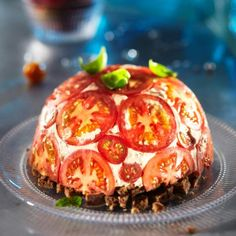 Huuhtele tomaatit ja leikkaa ne ohuiksi viipaleiksi. Vuoraa pyöreäpohjainen lasikulho (vetoisuus 1,5 l) tomaattiviipaleilla.