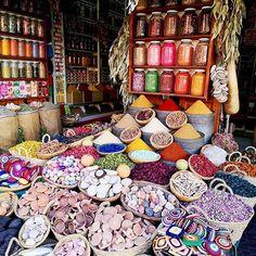Przebieram te marokańskie zdjęcia ... I... No i tęskni mi się za tymi kolorami... Zapachem przypraw... Soukami pełnymi lamp jak z bajki o Alladynie i jedzonym na Placu Jamaa El f'na Tajinem ❤️ . Kolejna podróż dopiero za ok. miesiąc... ❤️ . #maroko  #soukmarrakech #medina #medinamarrakech #maroccotrip #maroccostyle #maroccostyle #maroccostyle🇲🇦 #travellingthroughtheworld #travelpicsdaily #travelalone #travelblogging #travelpics #instamarrakech #instamarrakesh Easter Eggs, Delicious Desserts, Blog, Blogging