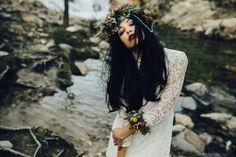 Huyendo de los protocolos, sustituye el #ramo de #novia por una #máxicorona de #flores naturales para la cabeza y unas #pulseras en las muñecas o tobillos como complemento floral, aportan a su look frescura y personalidad. Foto: Older García Modelo: Silvia Gutiérrez