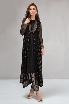 From pastels to bright hues, from trendy to traditional cuts, our diverse range covers all your needs. Pakistani Fashion Party Wear, Pakistani Dresses Casual, Indian Fashion Dresses, Dress Indian Style, Pakistani Dress Design, Indian Designer Outfits, Indian Outfits, Stylish Dresses For Girls, Stylish Dress Designs