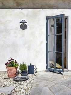 Une décoration simple pour une maison de vacances en Suède - PLANETE DECO a homes world Garden Projects, Home Projects, Indoor Outdoor Living, Outdoor Decor, Country Home Exteriors, Garden Design, House Design, Balcony Garden, Next At Home