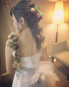 花嫁さんの肩からお花をかけたショルダーブーケが斬新で素敵   marry[マリー]