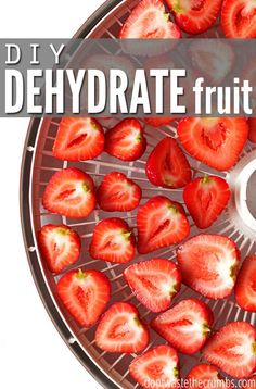 Easy tutorial for how to dehydrate fruit, including apples, strawberries, peache… Fruit Snacks, Fruit Recipes, Healthy Snacks, Healthy Eating, Healthy Recipes, Dehydrated Food Recipes, Diabetic Recipes, Chutney, Dehydrated Strawberries