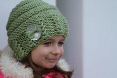 Sombrero hecho punto para un niña/niño 2 años. Color azul y blanco. Sombrero tiene un pom pom blanco. Puedo hacer este sombrero de cualquier color y cualquier tamaño.