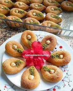 Soguk şerbetli İrmik Tatlısı Sweet Recipes, Cake Recipes, Dessert Recipes, Desserts, Croissants, Turkish Sweets, Turkish Delight, Mini Cheesecakes, Secret Recipe