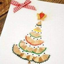 Voilà un petit DIY Récup comme je les aime, très peu de moyens pour un max d'effets!!! Les enfants se régaleront à créer cette jolie carte de Noël avec de simples épluchures de crayons de couleurs...