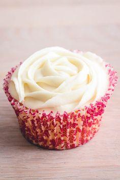 Buttercream glasur opskrift. Amerikansk glasur smør creme. Nem opskrift på god glasur til cupcakes og kager. Cupcake glasur opskrift! Cupcakes, Cupcake Frosting, Dutch Recipes, Cake Toppings, Icing, Bakery, Brunch, Sweets, Pasta