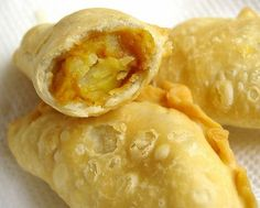 I love curry puff so much, ever since I was a kid. However, I started making my own curry puff only a few years back when living in Sydney. Malaysian Cuisine, Malaysian Food, Malaysian Curry, Malaysian Dessert, Malaysian Recipes, Asian Snacks, Asian Desserts, Filipino Desserts, Empanadas